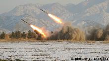 ARCHIV - Raketenstarts in Nordkorea (Archivfoto vom 05.01.2009). Nordkorea hat nach südkoreanischen Angaben am Donnerstag 02.07.2009 zwei Raketen an der Ostküste des Landes abgefeuert. Es scheine sich dabei um Kurzstreckenraketen gehandelt zu haben, sagte ein Sprecher des Verteidigungsministeriums in Seoul vor Journalisten. Nordkorea hatte zuletzt nach seinem Atomtest am 25. Mai eine Reihe von Raketen mit kurzer Reichweite abgeschossen. Foto: KCNA +++(c) dpa - Bildfunk+++ GEEIGNET FÜR SOCIAL MEDIA