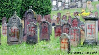 Nacistički simboli na židovskim spomenicima na groblju u istočnoj Francuskoj