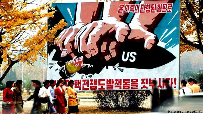 Ein Plakat zeigt anti-US-Propaganda in Pjöngjang (Foto: dpa)