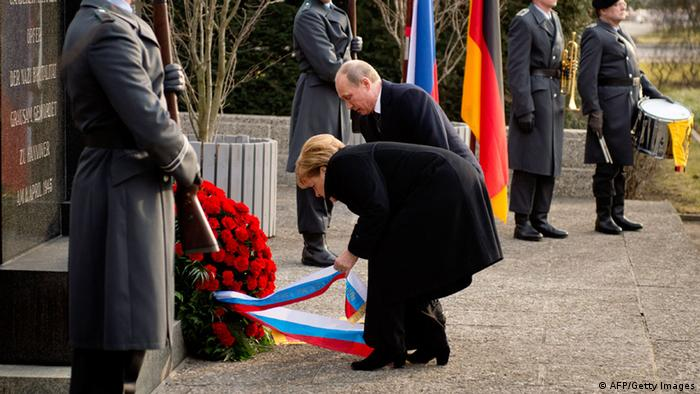German Chancellor Angela Merkel (C-L) and Russian President Vladimir Putin (C-R) lay a wreath at Cemetery of Honour on the north bank of the Maschsee Lake in Hanover, central Germany, on April 8, 2013. Buried in this cemetery are 386 forced laborers from all over Europe, who were murdered by the Nazi regime near the end of the second World War in Hannover. AFP PHOTO / ODD ANDERSEN (Photo credit should read ODD ANDERSEN/AFP/Getty Images) ***FREI FÜR SOCIAL MEDIA***