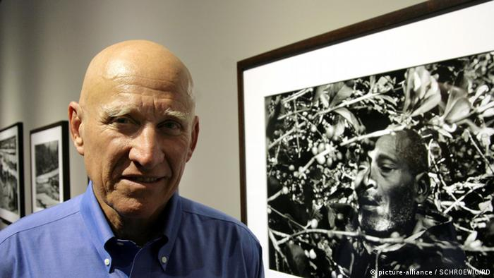 Photographer Sebastiao Salgado with one of his works (picture-alliance / SCHROEWIG/RD)
