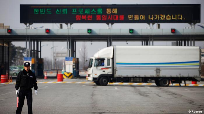 Südkoreanisches Wachpersonal an der Zufahrt zum Industriekomplex Kaesong (Foto: REUTERS/Kim Hong-Ji)