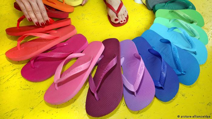 Fächerförmig ausgelegte Flip-Flops in Regenbogenfarben Foto. dpa