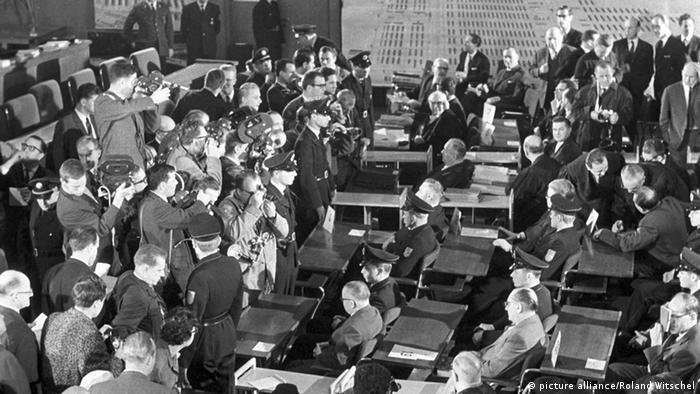 Sudnica puna ljudi, crno-bijela fotografija