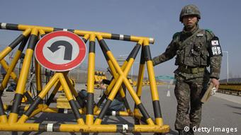 PAJU, SOUTH KOREA - APRIL 09: A South Korean soldier sets up a barricade on the road connecting South and North Korea at the Unification Bridge on April 9, 2013 in Paju, South Korea. North Korea announced it will withdraw all workers from Kaesong joint industrial complex, five days after unilaterally banning South Korean workers re-entry to Kaesong. (Photo by Chung Sung-Jun/Getty Images) ***FREI FÜR SOCIAL MEDIA***