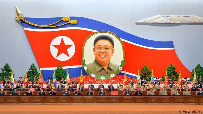 Propagandafoto mit einem Foto von Kim Jong-un auf einer Nordkoreanischen-Fahne (Foto: Reuters)