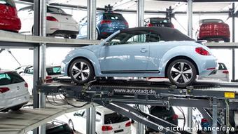 aten Caption Ein Neuwagen von Volkswagen - ein New Beetle Cabrio - wird am 14.03.2013 in der Autostadt von VW in Wolfsburg (Niedersachsen) in einem Auslieferungsturm für den Kunden mit einem vollautomatischen Aufzug aus dem Turm genommen und in das Auslieferungszentrum gebracht.