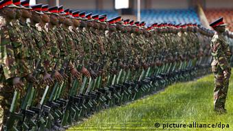 epa03650799 Kenyan soldiers rehearse ahead of the swearing-in ceremony of the country's President-elect Uhuru Kenyatta at Kasarani International Stadium on the outskirts of the capital Nairobi, Kenya, 05 April 2013. Kenyatta is scheduled to be sworn in as the country's fourth president on 09 April 2013. EPA/DAI KUROKAWA +++(c) dpa - Bildfunk+++ ***FREI FÜR SOCIAL MEDIA***