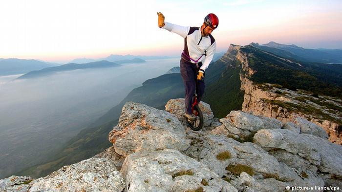Einradfahrer in den Alpen