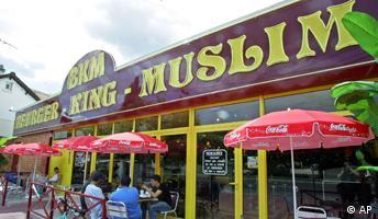 Besucher des ersten französischen Burger King Muslim in Paris, Frankreich