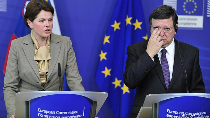 Slovenian Prime Minister Alenka Bratusek (L) and European Commission President Jose Manuel Barroso attend a press conference after their meeting at EU headquarters in Brussels, capital of Belgium, April 9, 2013. Bratusek, Slovenia's first female prime minister paid her first oversea visit to Brussels amid fears the eurozone country could ask for international financial aid. Photo: (/Ye Pingfan) BRUSSELS, April 10, 2013