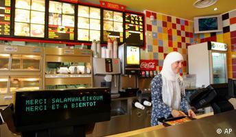 verkäuferin des ersten französischen Burger King Muslim in Paris, Frankreich