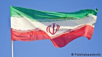 Die iranische Flagge weht im Wind.