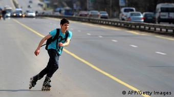 Junger Skater auf Autobahn (Foto: DIMITAR DILKOFF/AFP/Getty Images)