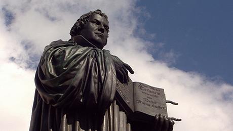 Η ανέγερση αυτού του μνημείου το 1821 ήταν θεαματική. Για πρώτη φορά δεν επρόκειτο για κάποιο άγαλμα βασιλιά ή ηγεμόνα αλλά του Μεταρρυθμιστή Μαρτίνου Λούθηρου. Στα χέρια του κρατάει τη Βίβλο στη σελίδα όπου τελειώνει η Παλαιά Διαθήκη και ξενικά η Καινή Διαθήκη.