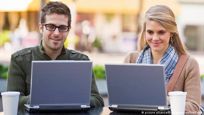 Leute mit Laptops im SzeneCafe