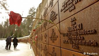 Стена памяти с именами расстрелянных в Катыни в 1940 году польских офицеров