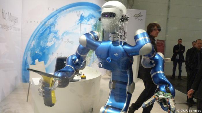 Hannover Messe 2013 Humanoider Roboter Justin beim Fensterputzen