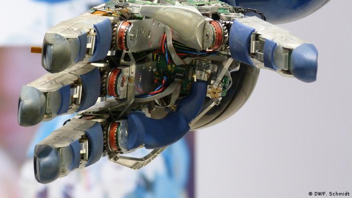 Die Hand des humanoiden Roboters Justin des Instituts für Robotik und Mechatronik des DLR auf der Hannover Messe 2013. (Copyright: DW/F. Schmidt)