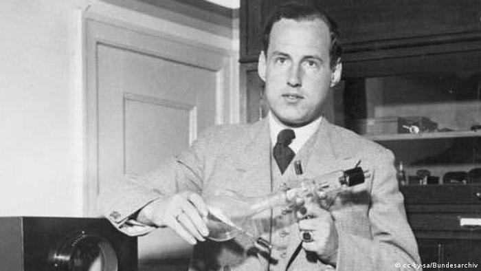 Манфред фон Арденне со своей катодной трубкой. 1933 год