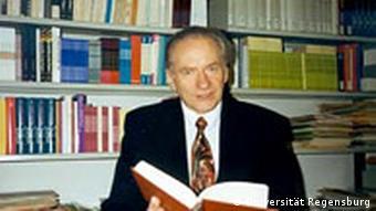 Theologieprofessor Hans Schwarz bei der Arbeit
