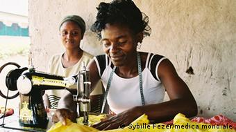 A woman at a sewing machine (photo: Sybille Fezer/medica mondiale)