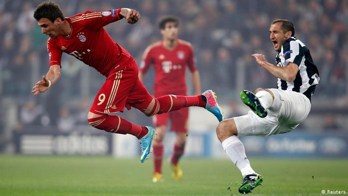 Bayern Munich's Mario Mandzukic (L) and Giorgio Chiellini of Juventus fight during their Champions League quarter-final second leg soccer match at the Juventus stadium in Turin April 10, 2013. REUTERS/Tony Gentile (ITALY - Tags: SPORT SOCCER)