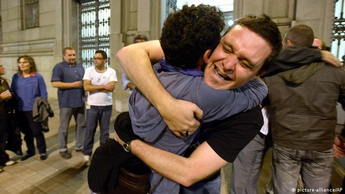 Zwei Männner freuen sich vor dem Parlament nach der Entscheidung zur Home-Ehe (Foto: AP)