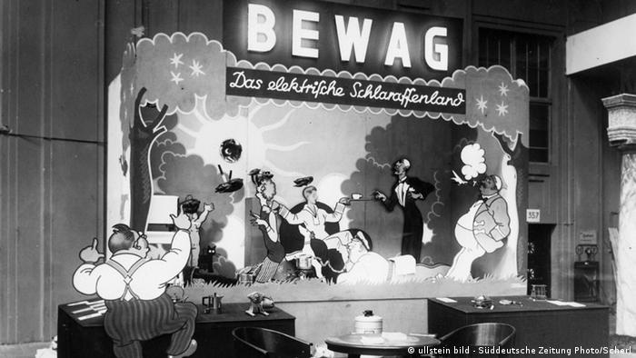 Auf der Haushaltsmesse in Berlin im Jahr 1930 warb der Stromerzeuger BEWAG mit dem Slogan: 'Das elektische Schlaraffenland'. Neue stromabhängige Haushaltsgeräte sollten der Hausfrau dieses 'Schlaraffenland' bescheren. (Foto: ullstein bild - Süddeutsche Zeitung)
