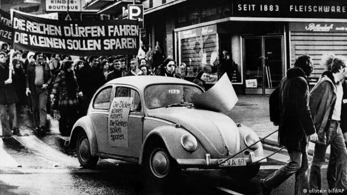 Mitglieder der DKP (Deutsche Kommunistische Partei) demonstrieren in Essen unter Mitführung eines VW Käfer gegen das von der Bundesregierung verhängte Fahrverbot am 25.11.1973 (Foto: ullstein bild - AP)