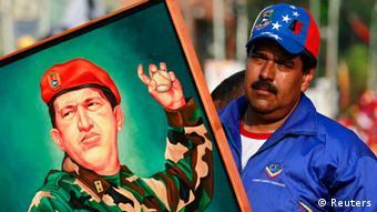 Venezuelas Präsident Nicolas Maduro trägt ein Bild seines Vorgängers Hugo Chávez (Foto: REUTERS)