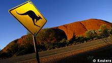 Australien Landschaft Ayers Rock mit Verkehrsschild Känguru