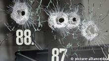 ARCHIV - Einschusslöcher einer großkalibrigen Waffe sind am 12.03.2009 in der Scheibe eines Autohauses in Wendlingen (Baden-Württemberg) zu sehen. Auf dem Hof des Autohauses endete der Amoklauf eines 17-jährigen, der zuvor 15 Menschen erschossen hatte, bevor er seinem Leben selbst ein Ende setzte. Im zweiten Prozess gegen den Vater des 17-jährigen Täters von Winnenden und Wendlingen werden am 19.11.2012 mehrere Zeugen aus dem Umfeld des Tatorts vernommen. Foto: Boris Roessler/dpa +++(c) dpa - Bildfunk+++