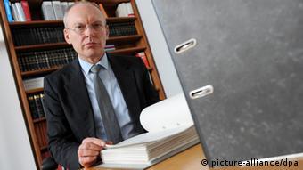 Richter Manfred Götzl, Vorsitzender des Staatsschutzsenat am Oberlandesgericht, in seinem Arbeitszimmer. Foto: Tobias Hase/dpa