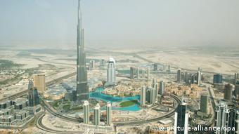 Blick vom Golf (Osten) in Richtung der Skyline von Dubai mit dem Burji Kalifa, dem höchsten Gebäude der Welt. (Foto: Daniel Gammert)