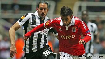 Benficas Salvio (l.) im Duell mit Newcastles Gutierrez.Foto: AFP PHOTO/IAN MACNICOL