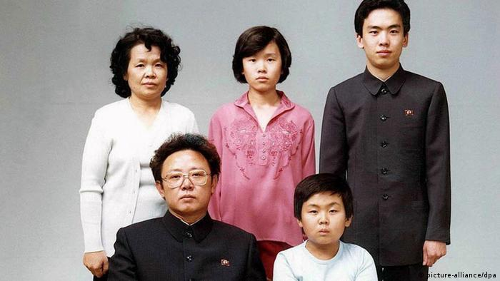 Kim Jong Il sitting down with his son and three other family members (picture-alliance/dpa)