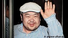 ARCHIV - Der älteste Sohn des nordkoreanischen Herrschers Kim Jong Il, Kim Jong Nam, winkt am 04.06.2010 nach einem Interview mit südkoreanischen Journalisten in Macao. Kim Jong Nam hat sich gegen Pläne für eine Machtübergabe an seinen jüngeren Halbbruder ausgesprochen. «Persönlich bin ich gegen die Nachfolge in dritter Generation», zitierte der japanische Sender Asahi TV am Dienstag (12.10.2010) den 38-jährigen Kim Jong Nam. Es hätten wohl interne Faktoren für die Nachfolgeregelung den Ausschlag gegeben. Das Interview wurde laut Asahi am Samstag in Peking aufgezeichnet, einen Tag bevor Kim Jong Il in Begleitung seines jüngsten und dritten Sohnes Kim Jong Un eine große Militärparade in Pjöngjang abgenommen hatte. REPUBLIC OF KOREA OUT AFP PHOTO / JOONGANG SUNDAY VIA JOONGANG ILBO dpa +++(c) dpa - Bildfunk+++ ****FREI FÜR SOCIAL MEDIA***