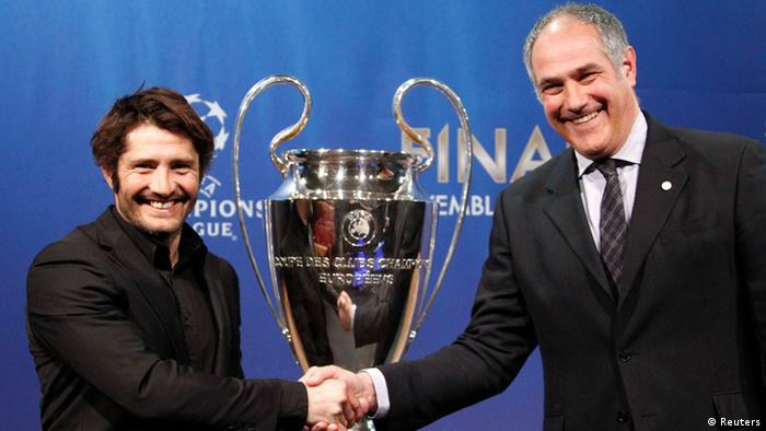 FC Bayern Munich former player Bixente Lizarazu (L) shakes hand with FC Barcelona Director of Professional Football Andoni Zubizarreta after the draw for the Champions League semi-finals matches at the UEFA headquarters in Nyon, April 12, 2013. REUTERS/Denis Balibouse (SWITZERLAND - Tags: SPORT SOCCER)