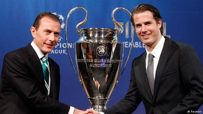 Real Madrid CF International Relations Director Emilio Butragueno (L) shakes hand with Borussia Dortmund former player Lars Ricken after the draw for the Champions League semi-finals matches at the UEFA headquarters in Nyon, April 12, 2013. REUTERS/Denis Balibouse (SWITZERLAND - Tags: SPORT SOCCER)