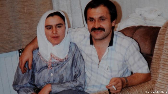 ۹ سپتامبر ۲۰۰۰ گلفروشی ترکتبار به اسم انور شیمشک (در تصویر به همراه همسرش) با شلیک ۸ گلوله به قتل رسید. این مرد ۳۸ ساله که دو فرزند داشت، در شهر نورنبرگ در کنار یک پارکینگ گل میفروخت. شیمشک در سال ۱۹۸۶ از ترکیه به آلمان مهاجرت کرده بود. گمان میرود او نخستین قربانی قتلهای زنجیرهای هسته ترور نئونازیهاست که با انگیزههای نژادپرستانه انجام شد.