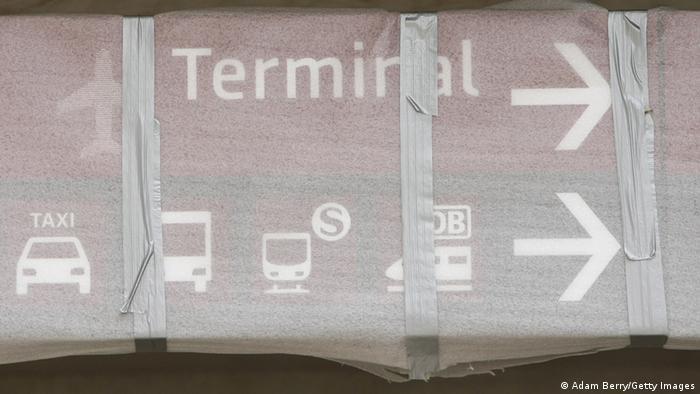 Verpackter Wegweiser am Flughafen Berlin Brandenburg (BER)