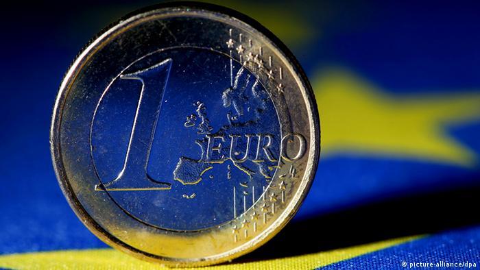 Євро на фоні флагу ЄС