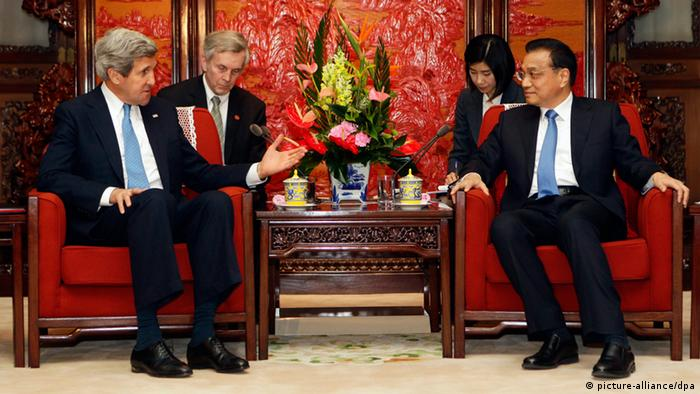 epa03660505 U.S. Secretary of State John Kerry (L) talks with China's Premier Li Keqiang during a meeting at the Zhongnanhai compound in Beijing, China, 13 April 2013. US Secretary of State John Kerry arrived in Beijing 13 April 2013 on the second leg of a three-nation East Asian tour to discuss North Korea's recent provocation. EPA/JASON LEE / POOL +++(c) dpa - Bildfunk+++