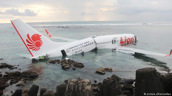 Indonesia: avión aterriza en el mar con 108 personas a bordo   ACTUALIDAD    DW   13.04.2013