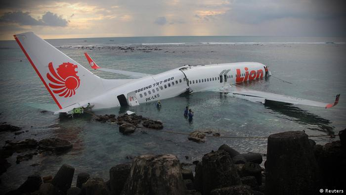 Bali Flugzeug Flughafen Unfall Absturz Meer (Reuters)