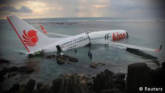 Bali Flugzeug Flughafen Unfall Absturz Meer