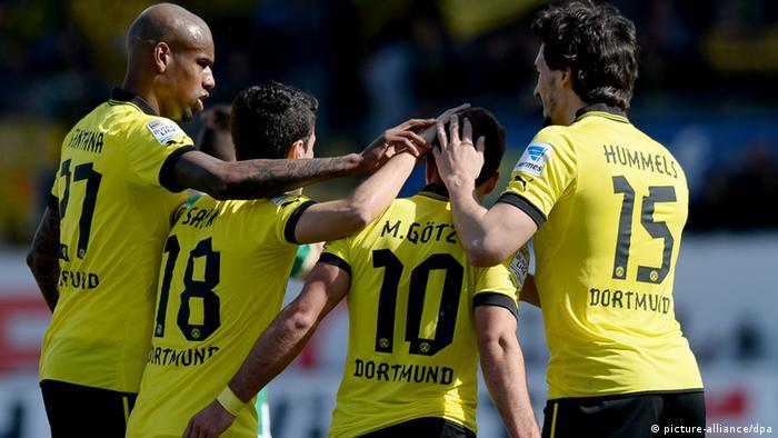 Die Dortmunder Felipe Santana (l), Nuri Sahin (2.v.l.) und Mats Hummels (r) gratulieren ihrem Mannschaftskollegen Mario Götze zum 0:1. (Foto: David Ebener/dpa)