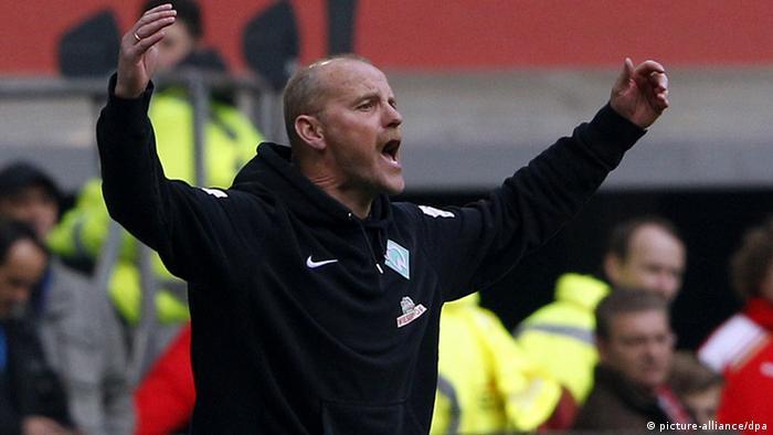 Bremens Trainer Thomas Schaaf gestikuliert. (Foto: Roland Weihrauch/dpa)