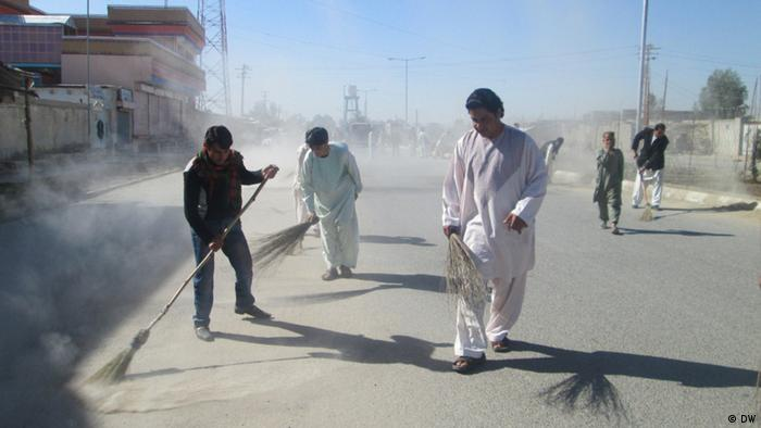 People are cleaning Lashkar Gah city central of Helmand province, Afghanistan.13.04.2013.Photo: Ruhollah Elham